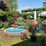 Restaurant Heuberg Schanigarten im Sommer mit Laube und Schatten
